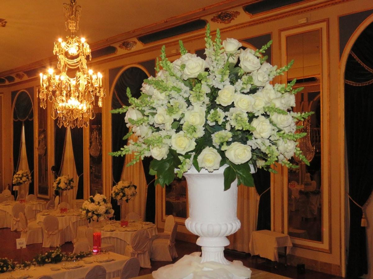 Arreglos florales y centros de mesa para una boda de lujo for Decoracion de pared para novios