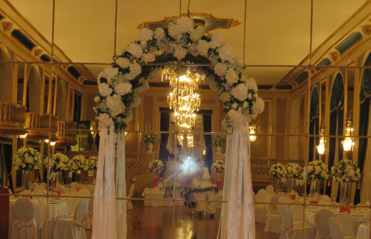 Arreglos florales y centros de mesa para una boda de lujo for Decoracion ceremonia civil