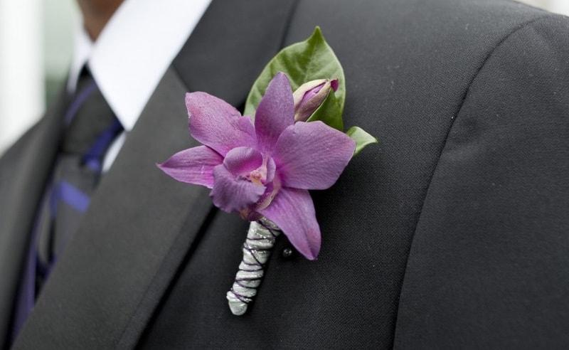 Flor en la solapa del novio